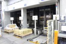 1階にある自動倉庫の搬出入口です。 丁度、自動倉庫が動いており、クレーンが荷物を棚へ運んでいく様子も見ることができました。